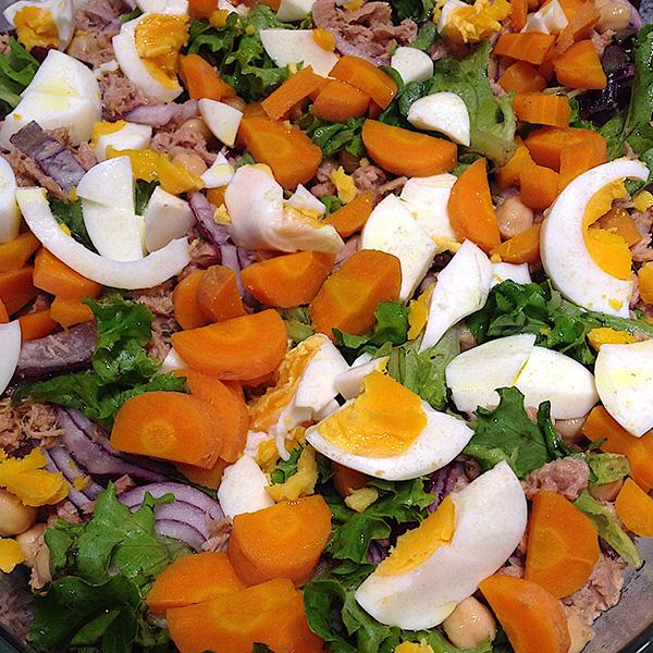 Saladas de verão: Salada de grão com atum, abacate e ovo