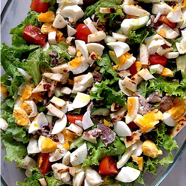 Saladas de verão: Salada fresca de sardinha, ovo e queijo halloumi