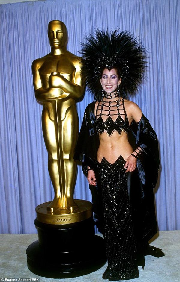 Os vestidos de gala mais controversos de sempre - Cher