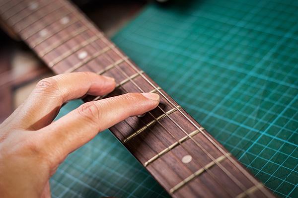 Usos surpreendentes do limão - limpar cordas de guitarra