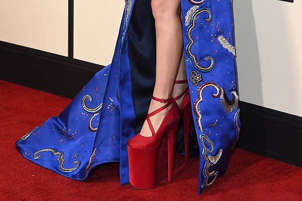 """Sapatos com saltos inacreditavelmente altos - """"sapatinhos"""" vermelhos"""