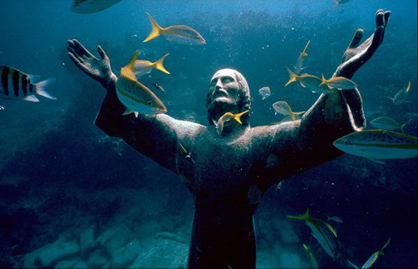 Esculturas que só podem ser vistas debaixo de água - Cristo do Abismo