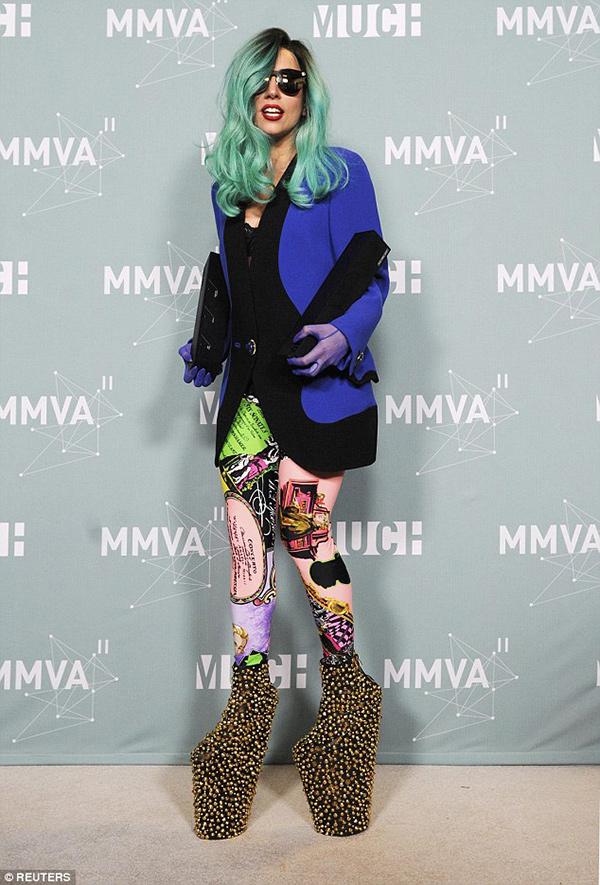 Sapatos com saltos inacreditavelmente altos - o exagero assumido de Lady Gaga