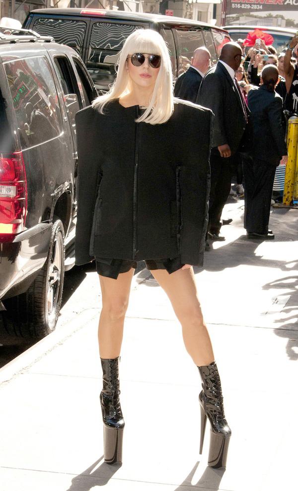 Sapatos com saltos inacreditavelmente altos - Lady Gaga