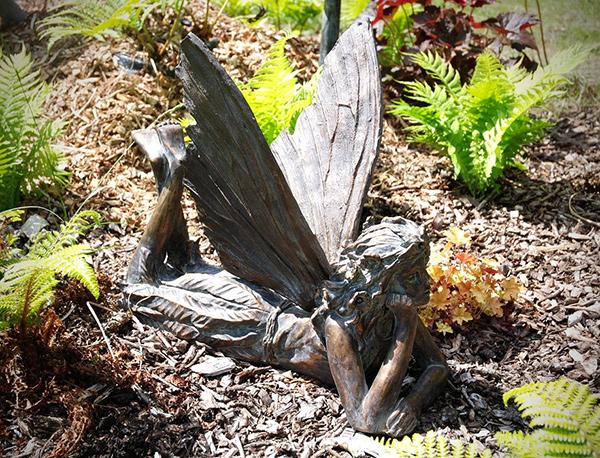 Esculturas para jardim que impressionam - fada deitada