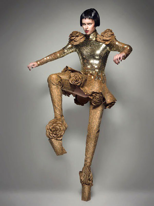 Sapatos com saltos inacreditavelmente altos - brilham como ouro