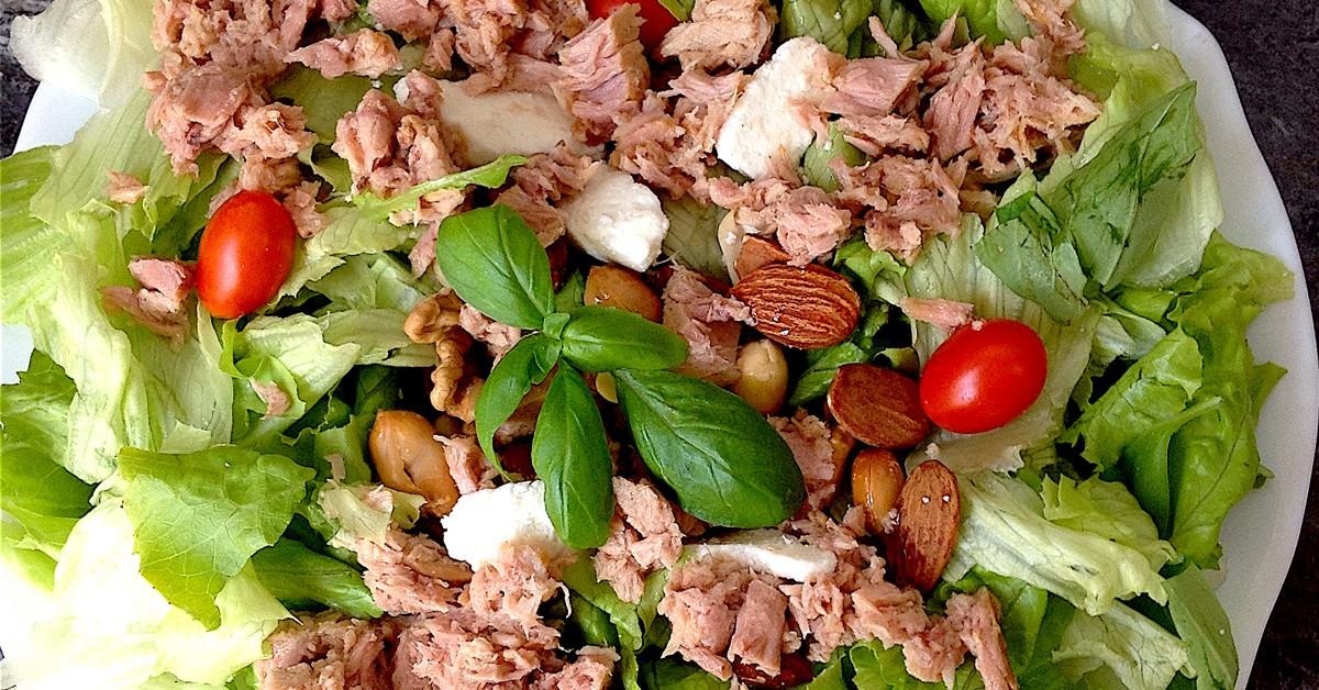 Salada fresca de atum, requeijão, amêndoas e amendoins