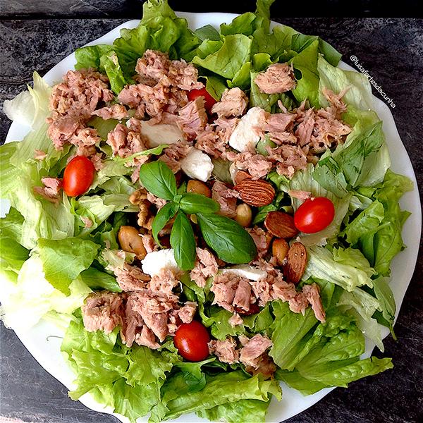 Salada fresca de atum, requeijão, amêndoas e amendoins, por Luísa Fortes da Cunha