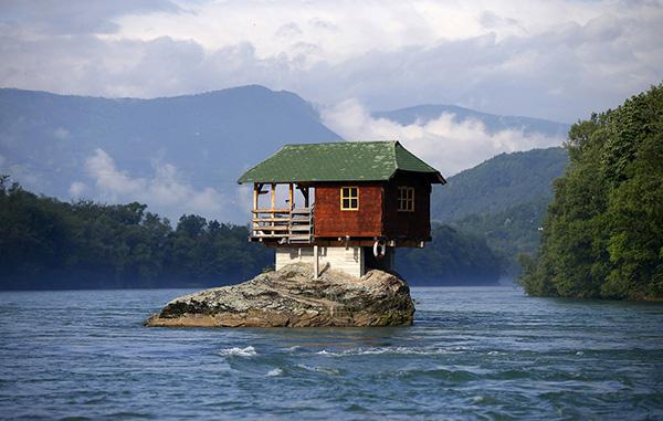 Casas que o vão deixar de boca aberta - casa suspensa no cimo de uma rocha