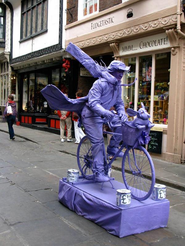 Estátuas vivas que impressionam - bicicleta em movimento