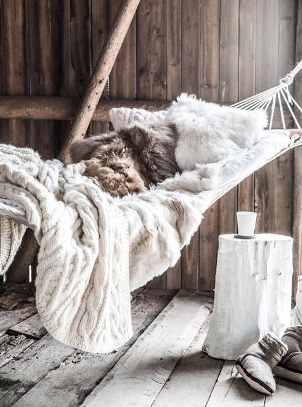 Decoração com mantas e almofadas - rede de dormir com almofadões