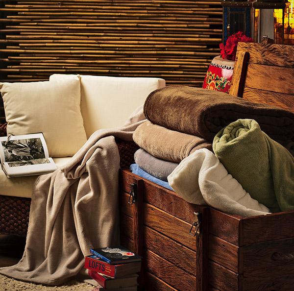 Decoração com mantas e almofadas - cesto de mantas