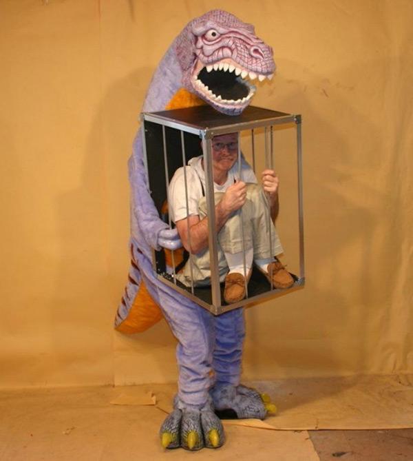 Disfarces de Halloween muito divertidos e assustadores - um senhor raptado por um temível dinossauro REX