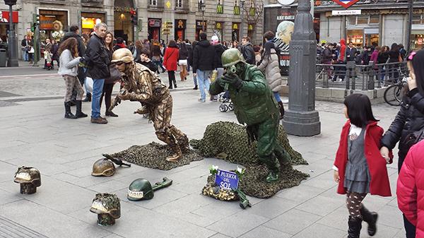 Estátuas vivas que impressionam - duas estátuas vivas