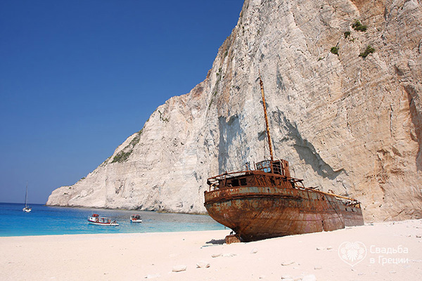 Praias lindas banhadas pelo Mediterrâneo - Praia de Navagio, Zakynthos – Grécia