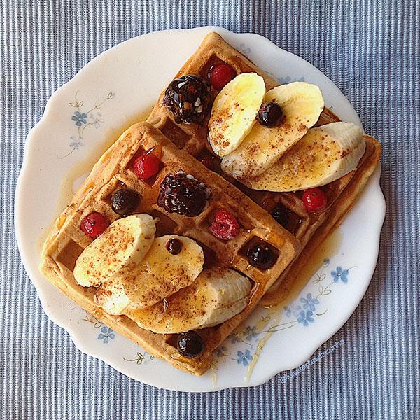 2 sobremesas deliciosas - Waffles com banana, frutos vermelhos e mel