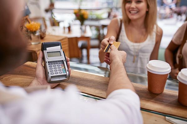 Estratégias para poupar dinheiro para as próximas férias - Aproveite os descontos.