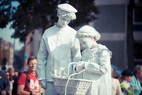 Estátuas vivas que impressionam - crianças de ar angelical