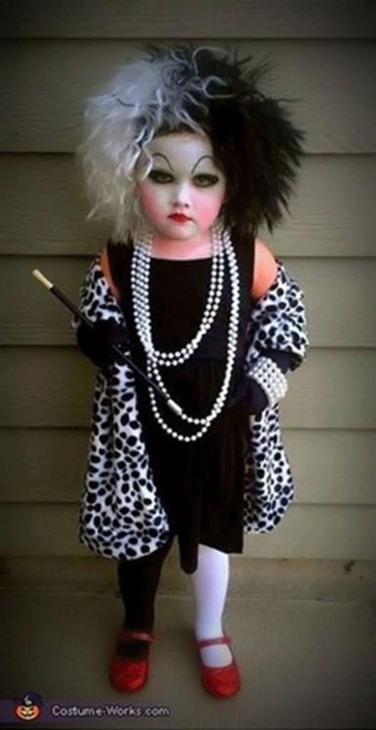 Disfarces de Halloween muito divertidos e assustadores - a vilã Cruela de Vil do filme Os 101 Dálmatas