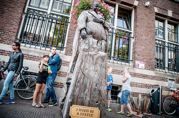Estátuas vivas que impressionam - parece mesmo uma escultura de madeira