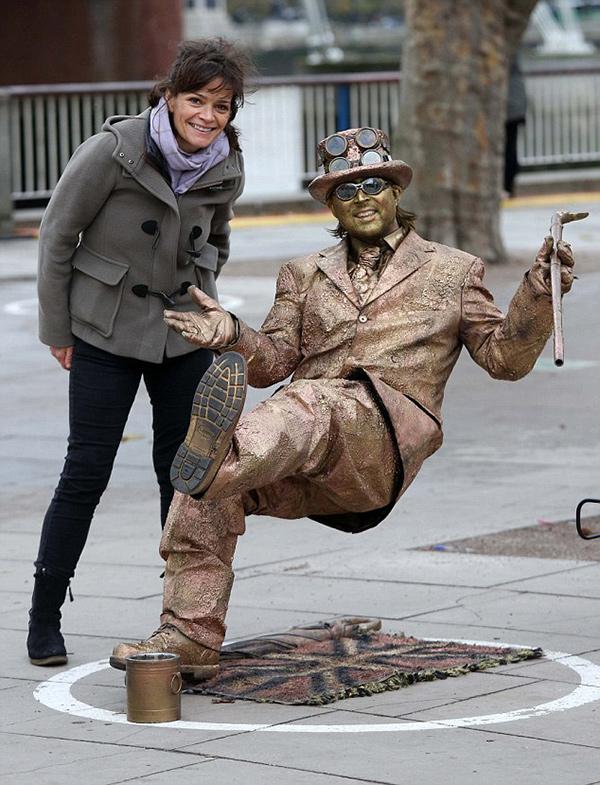 """Estátuas vivas que impressionam - o """"Homem de Ouro"""""""