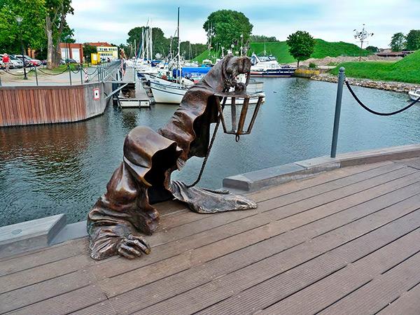 Estas estátuas são obra- Lituania