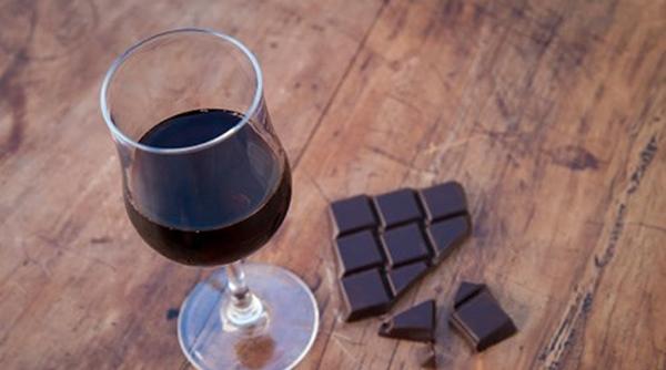 O frio chegou - 15 alimentos que fortalecem o sistema imunitário - Chocolate meio-amargo e vinho tinto