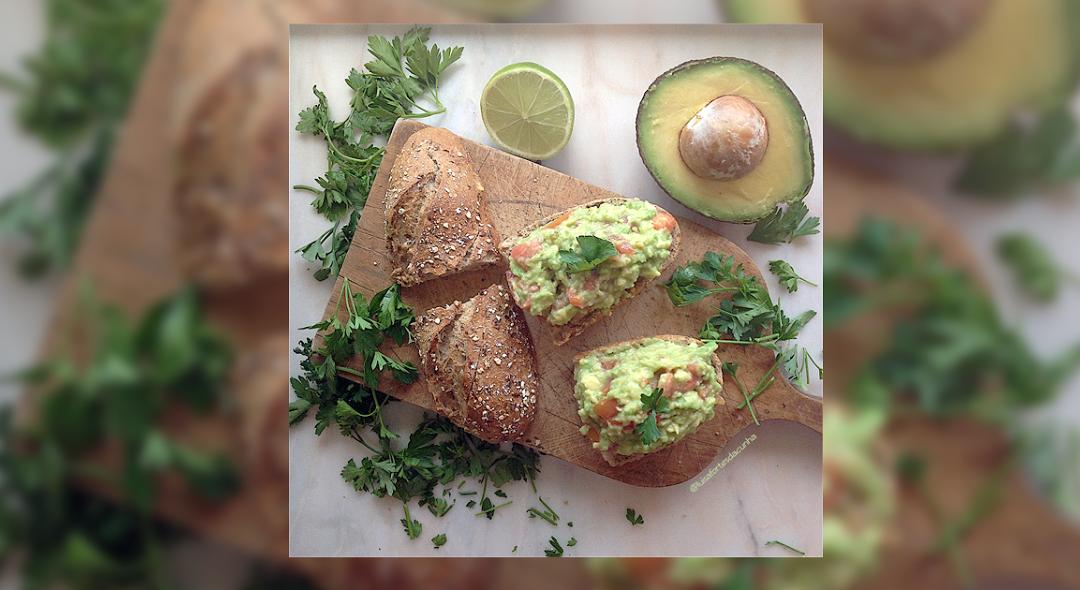 Bruschetta de abacate para um brunch saudável