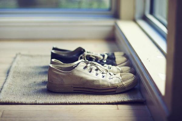 5 grandes razões para deixar os sapatos à entrada de casa - Diminui as doenças de pele
