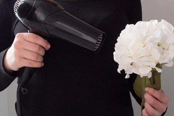 Usos surpreendentes do secador de cabelo - LIMPAR O PÓ DE SÍTIOS DELICADOS
