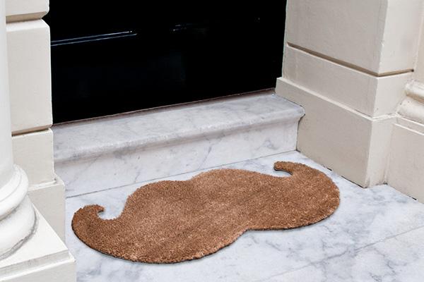 10 tapetes de entrada para sua casa - Com desenho de bigode