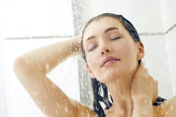Como manter o cabelo forte e saudável no inverno - Lave o cabelo com água morna