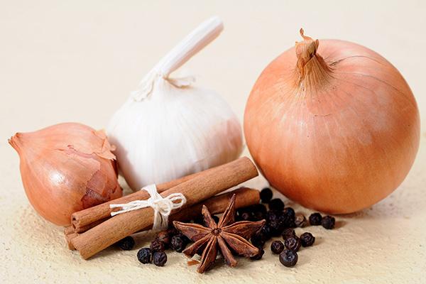 Dicas saudáveis - 7 alternativas ao sal - ALHO, CEBOLA E PIMENTA