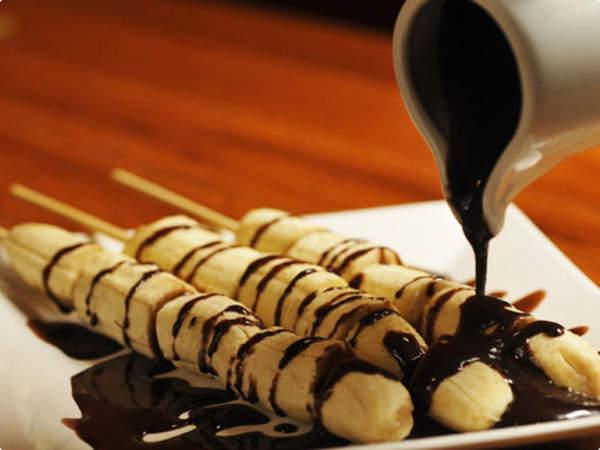 Dicas saudáveis - Benefícios da banana - Banana com chocolate negro, frutos secos e frutos vermelhos