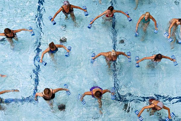 Os 10 benefícios da natação para a sua saúde - Ajuda a combater doenças reumáticas