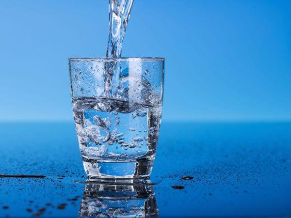 10 alimentos e cuidados para ter unhas fortes e bonitas - Beba muita água