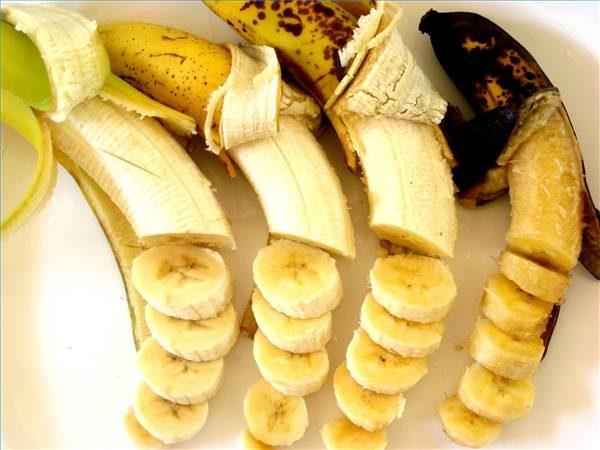 10 alimentos que não deve guardar no frigorífico - Baixas temperaturas escurem as bananas