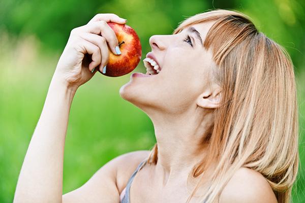 7 razões para comer maçãs todos os dias - Previne cáries dentárias