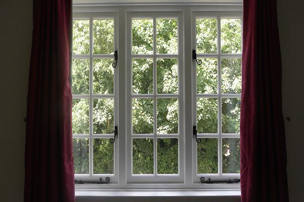 Como limpar os locais mais difíceis da casa - 9 truques - Aspirar o caixilho das janelas