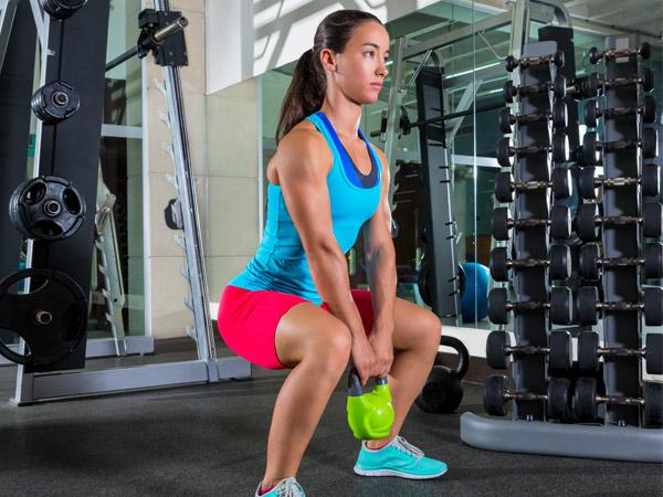 Exercícios para ter uns glúteos perfeitos-Agachamento com o peso
