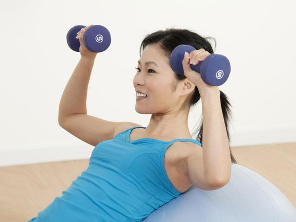 5 Exercícios para aumentar a firmeza do peito- Supino inclinado