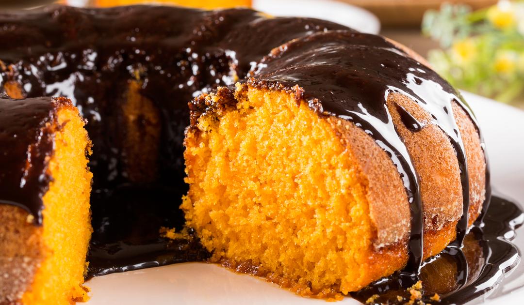 Bolo de cenoura com sumo de laranja e cobertura de chocolate negro