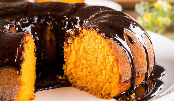 Bolo de cenoura com sumo de laranja e cobertura de chocolate negro - Descubra a receita