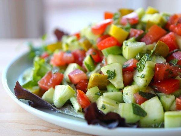 Mini quiches de frango saudáveis e salada fresca de pepino- Salada de pepino