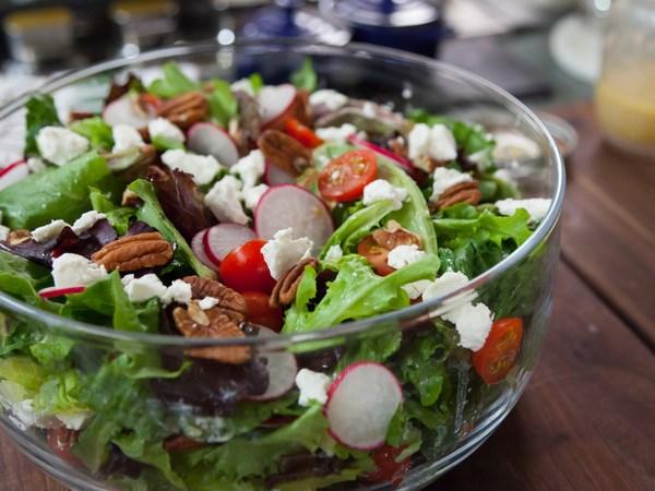 Salada e sobremesa ligeiras sem culpa, sem gordura e sem açúcar- Salada de rúcula e tomate cherry com rabanetes e mozzarela para 2