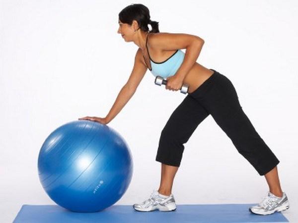 5 Exercícios para ter uns braços mais firmes e tonificados- Tricep kick back