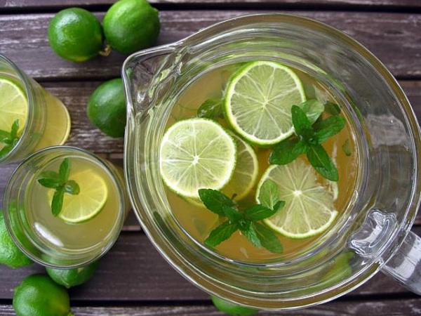 Bolo de frutos vermelhos na caneca e 1 água detox de lima e hortelã- Água detox de lima e hortelã