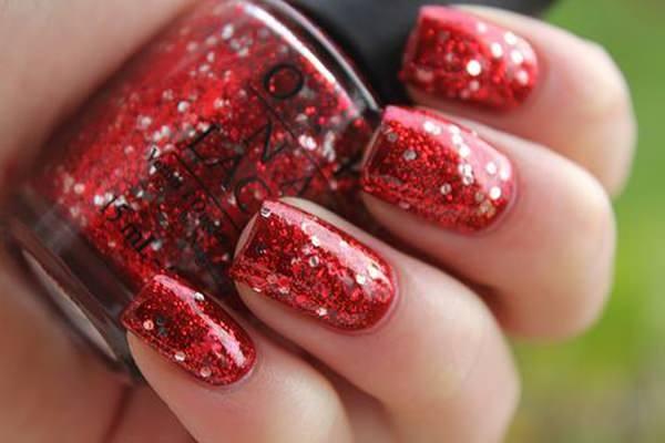 As tendências de cores e formatos para as suas unhas este verão- glitter