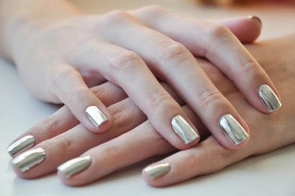 As tendências de cores e formatos para as suas unhas este verão- metalizados