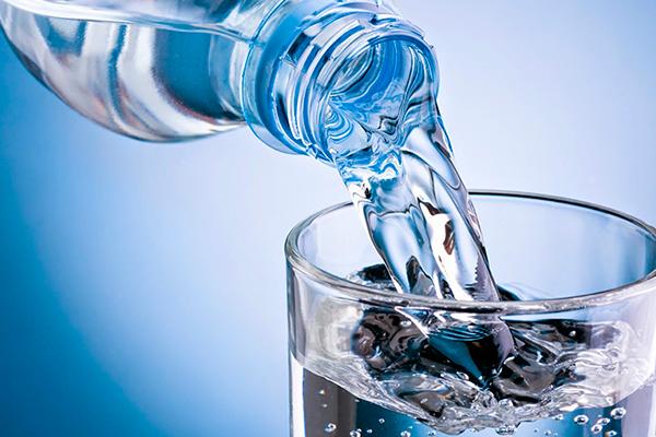 8 Dicas de como curar a ressaca- a água